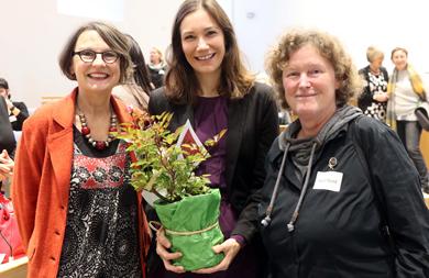 Foto Anette Diehl (Frauennotruf Mainz), Frauenministerin Anne Spiegel und Astrid Rund (Frauennotruf Rhein-Hunsrück-Kreis)