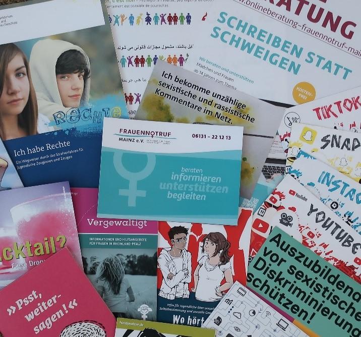 Ausgelegte Flyer für Mädchen und junge Frauen