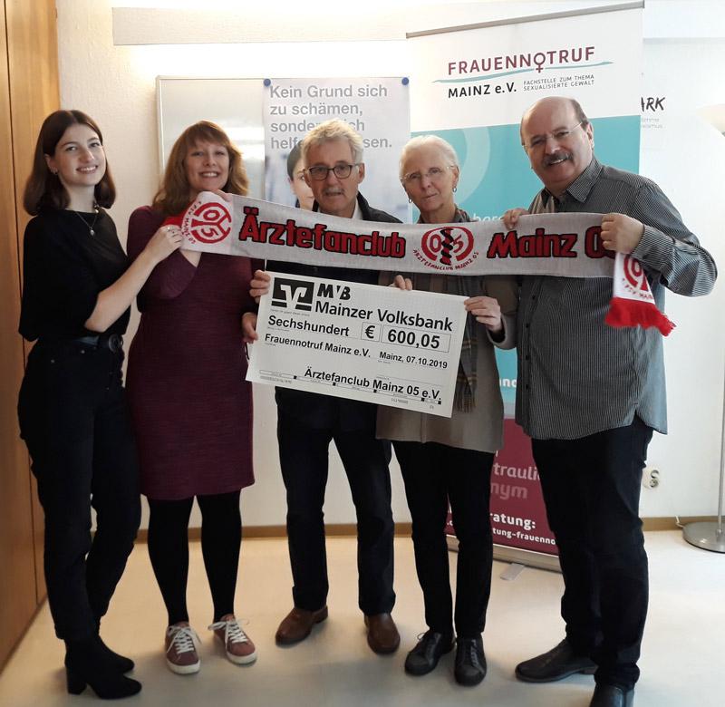 Emma Leonhardt und Vanessa Kuschel (Frauennotruf Mainz e.V.), Dr. Wolfgang Klee, Elke Demmler und Gerhard Maurer (Ärztefanclub Mainz 05 e.V.); Fotografin: Johanna Gliemann