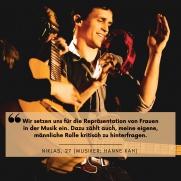 """Ein Mann macht lachend Musik. Darüber steht die Aussage:""""Wir setzen uns für die Repräsentation von Frauen in der Musik ein. Dazu zählt auch, meine eigene, männliche Rolle kritisch zu hinterfragen."""" Niklas, 27 (Musiker: Hanne Kah)"""